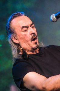 Micky Schröder mit18band während eines Konzertes Seitenansicht